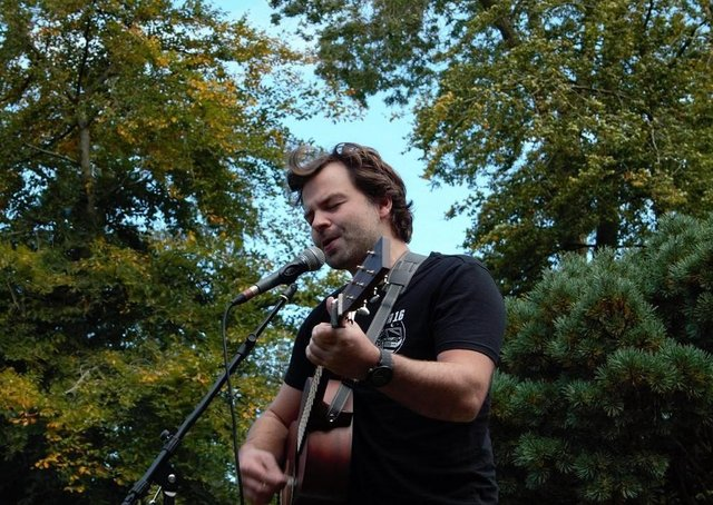 Grant Dinwoodie is performing in gardens and on doorsteps across Dumfries and Galloway